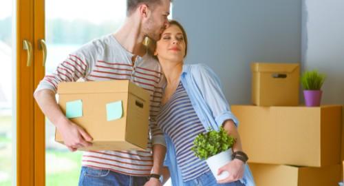 Una pareja preparando una mudanza