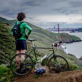 Ciclista admirando el paisaje
