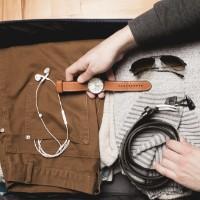 Chica preparando una maleta