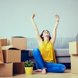 Mujer junto a las cajas de una mudanza