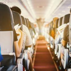 Pasillo central de un avión
