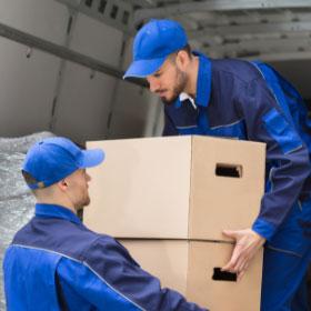 Transportistas cargando cajas en furgoneta