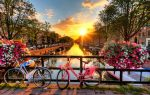 Foto canal de holanda con bicicletas